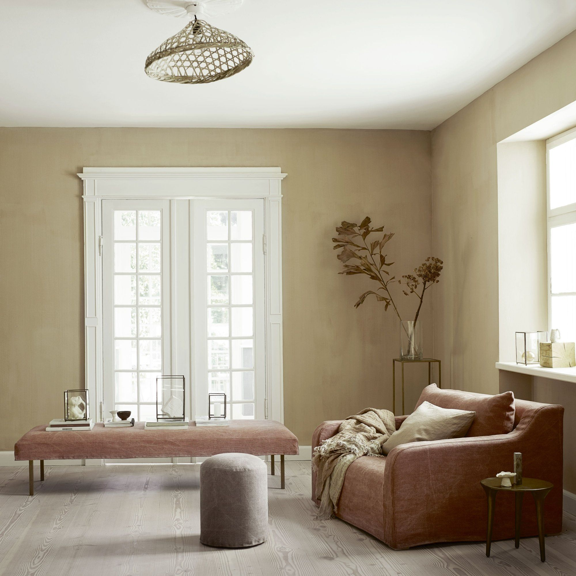 salon fauteuil et banquette rose poudré avec murs ocre ...