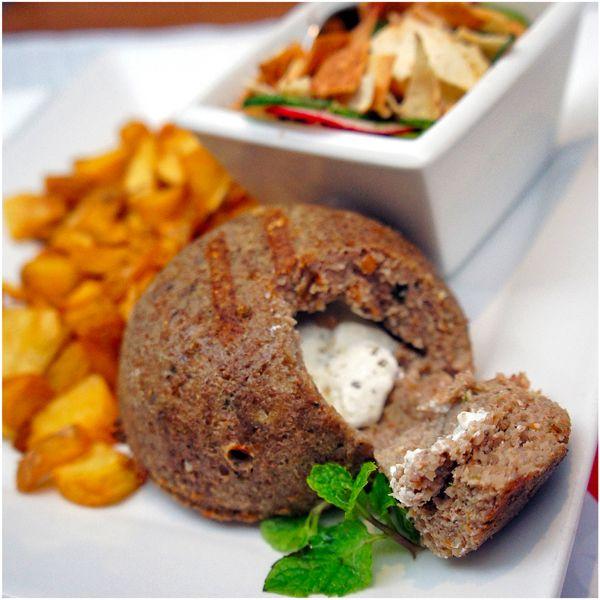 Quibe michui de coalhada seca, acompanhado por batatas fritas e fatouche