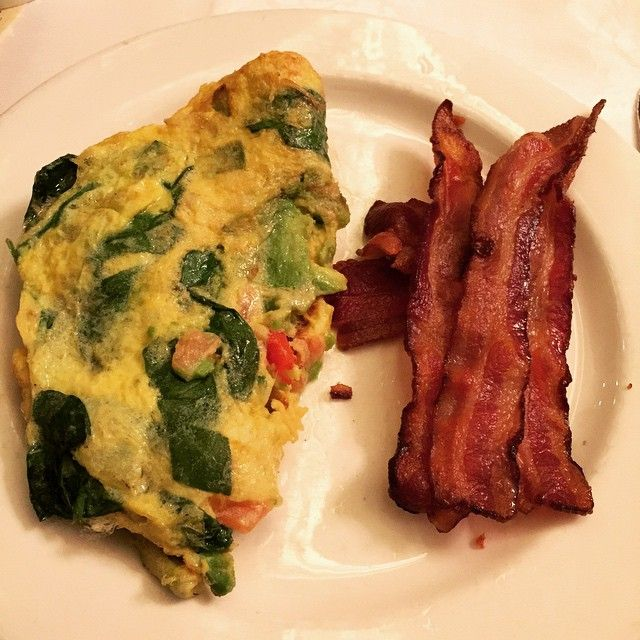 Breakfast at the Parker House in Boston with my momma! Omelet with avocado and veggies + bacon (obviously). And 6+ cups of coffee. Oops.  #cleaneating #family #vacation #healthy #fatlossfood #fatloss #food