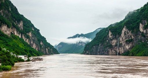 Yangtze River with a view of the mountains | China