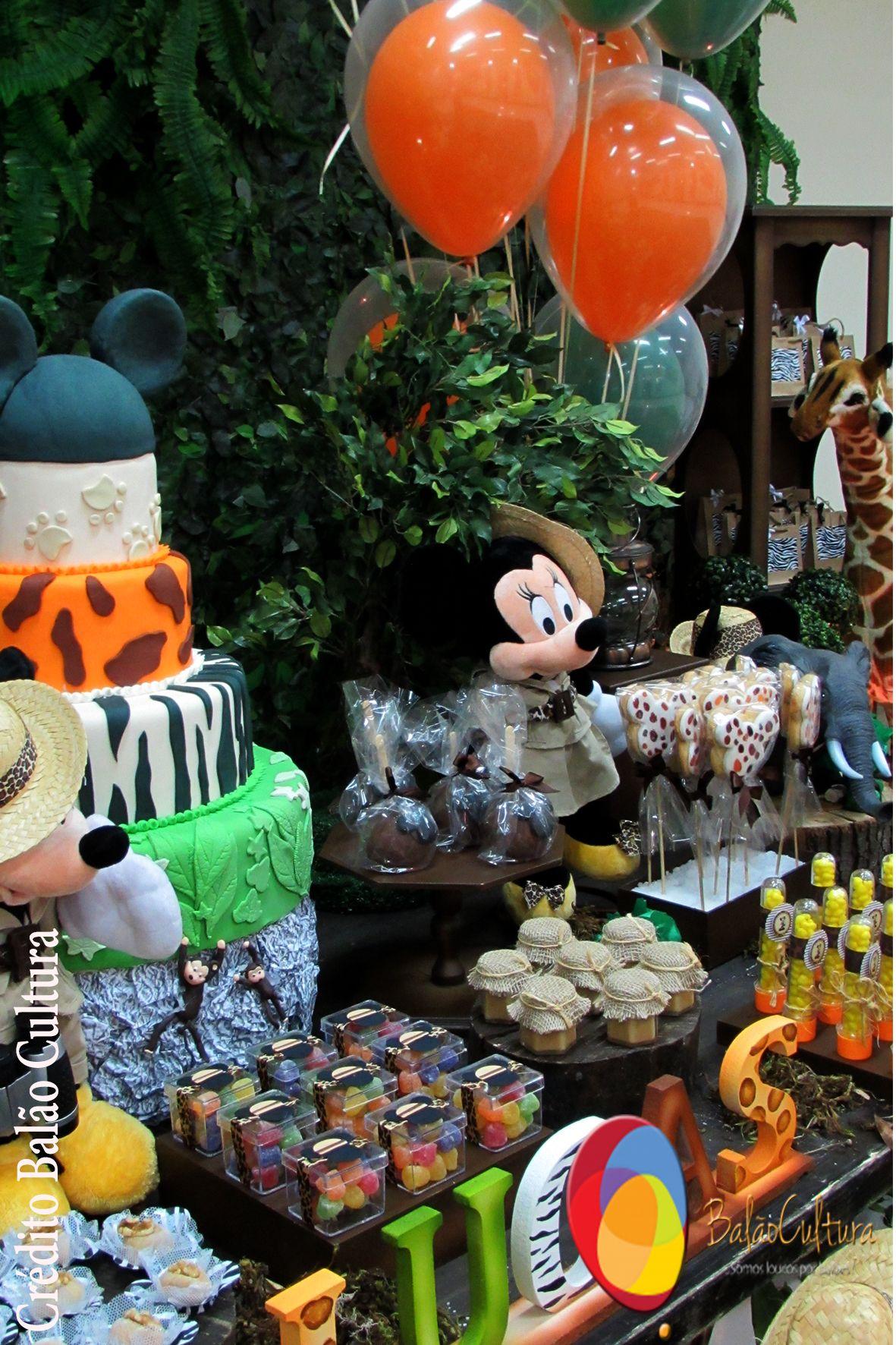 Decoração de mesa com balão duplo qualatex de 12 polegadas inflado com gás hélio, fixados em arranjo de flores. Créditos: Decoração de balões: Balão Cultura (www.balaocultura.com.br) Local: Buffet Catavento