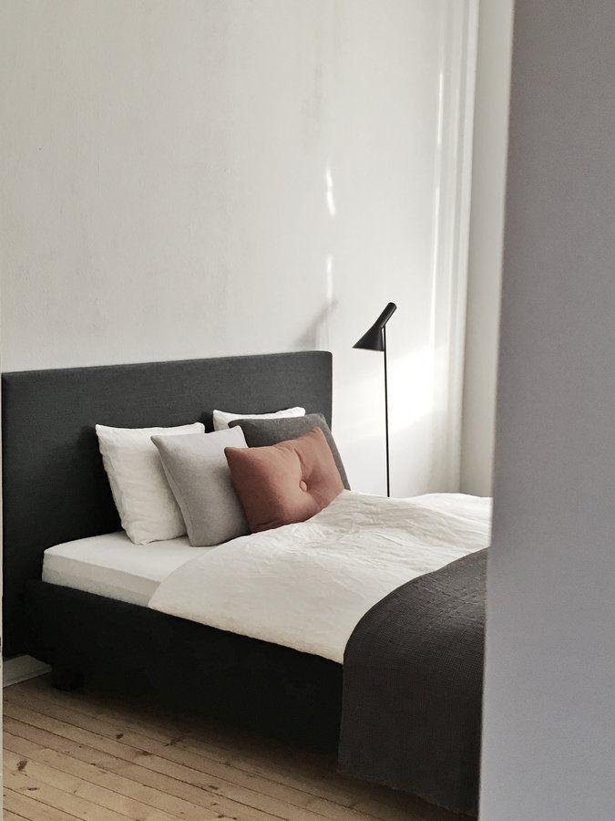 Schlafzimmer | SoLebIch.de Foto: Raumfuerzwei #solebich #schlafzimmer  #einrichten #ideen #wandfarbe #lichterkette #bett #skandinavisch #wandgestau2026