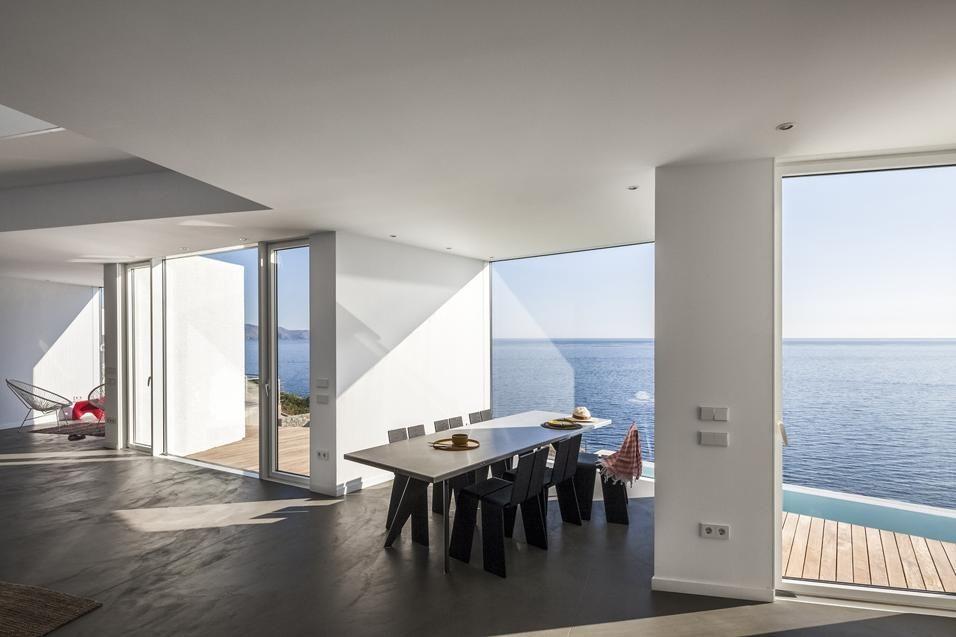 Mediterraneo a 360 gradi. All'interno della casa non si percepisce l'effetto della frammentazione in piccole unità perché da qualsiasi punto si ha vista all'esterno. Sebbene suddivisa in porzioni, la facciata ricompone una grande superficie vetrata che illumina gli interni a ogni ora del giorno.