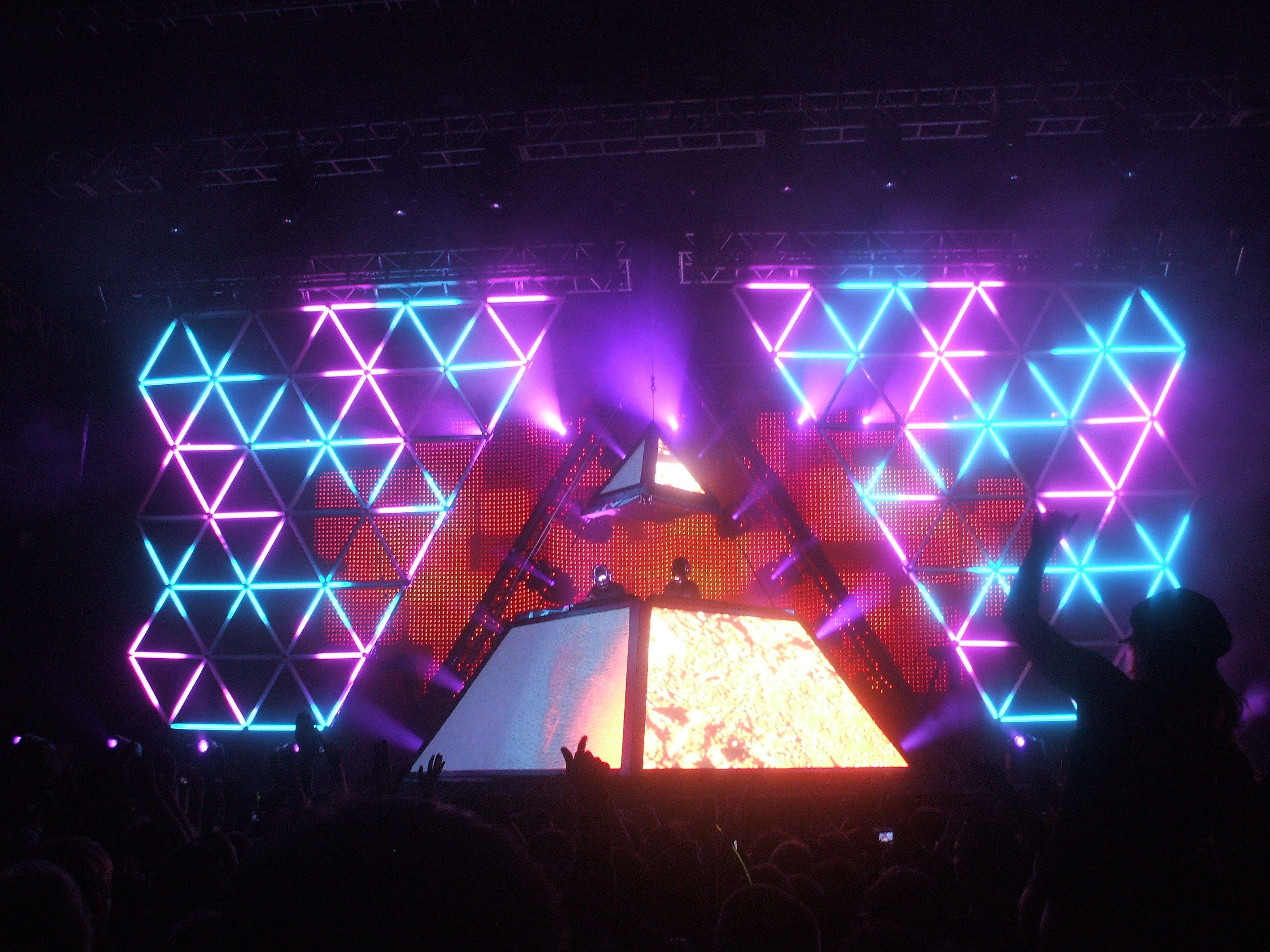 Daft Punk Live 2007 Concert. Spectacular Lighting ...