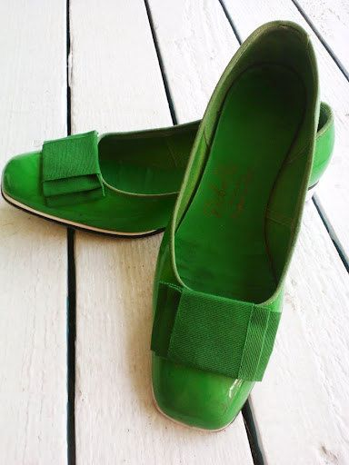 Bright, Kelly Green Mod Flats with Bows size 5.5. $35.00