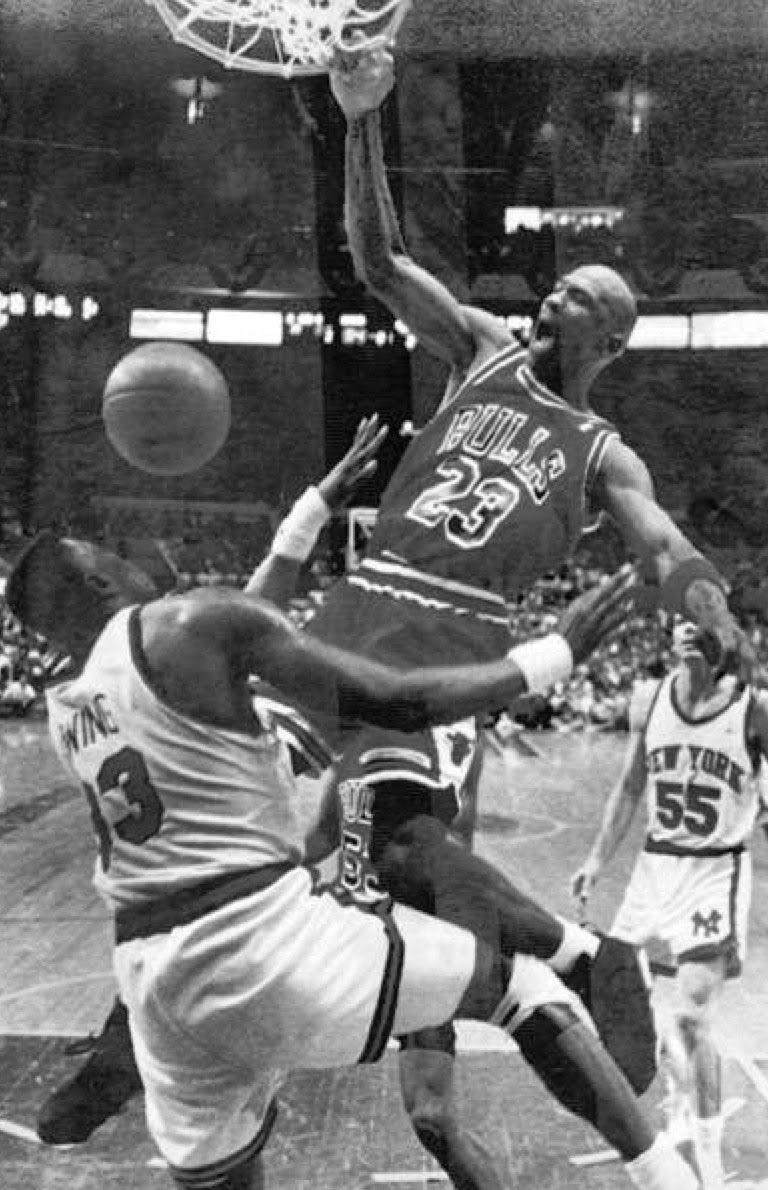 Dunk Jordan Sur Ewing 1991 Jpg Imagen Jpeg 768 1190 Pixeles Escalado 64 Michael Jordan Basketball Michael Jordan Pictures Michael Jordan