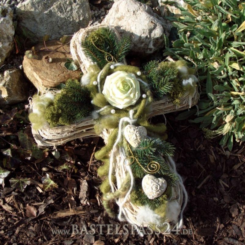 pflanzkreuz aus rebe moderners grabgesteck selber machen grabschmuck pinterest wreaths. Black Bedroom Furniture Sets. Home Design Ideas