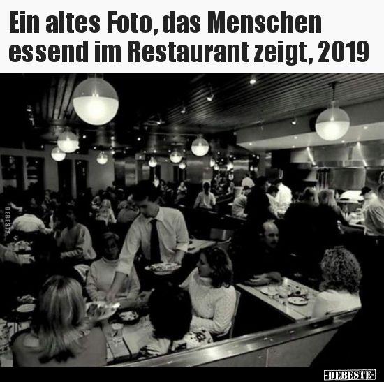 Ein altes Foto, das Menschen essend im Restaurant