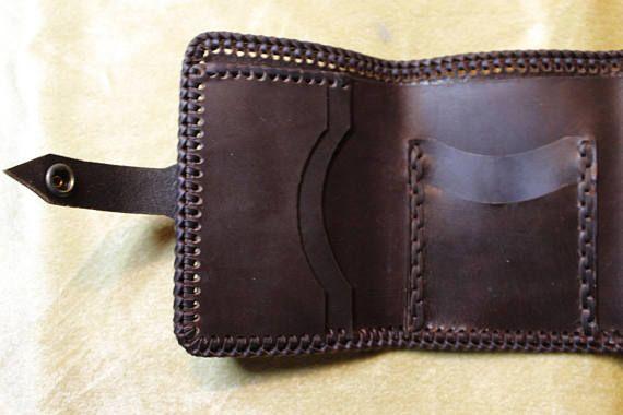 996c3b484 Elegante y única cartera de cuero fabricada en piel de ternera engrasada  con costuras trenzadas hechas completamente a mano con tira de piel de  ternera ...