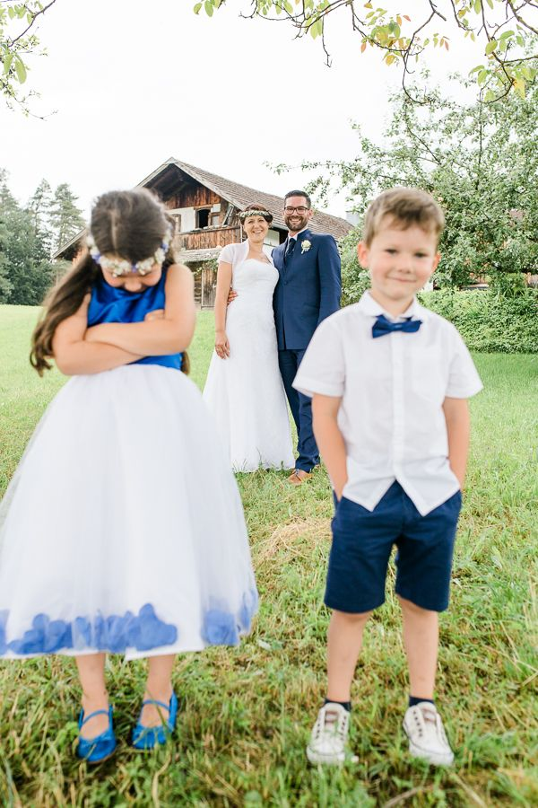 Gabriele und Alexander - eine romantische Hochzeit in Aigen-Schlägl, Mühlviertel, Österreich. Braut und Bräutigam beim Fotoshooting. Gemeinsam mit den Kindern gibt es auch schöne Familienfotos.  Bride and groom at a wedding photo shooting in Aigen-Schlägl, Austria. Family Photography, Kids Portraits.