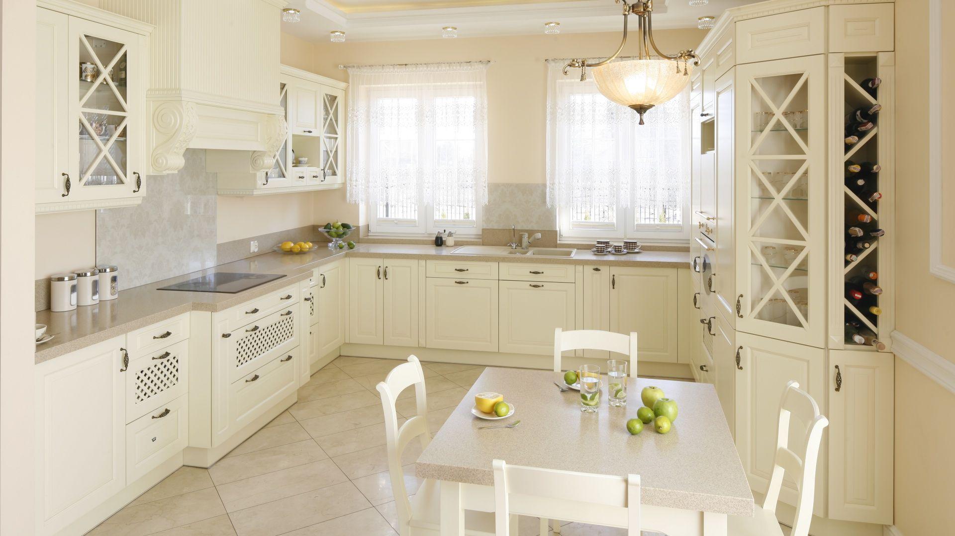 Klasyczna Kuchnie Urzadzono Z Wykorzystaniem Mebli W Kolorze Ecru Dzieki Temu Przestronna Kuchnia Wydaje Sie Wieksz Kitchen Style Kitchen Design Kitchen Units