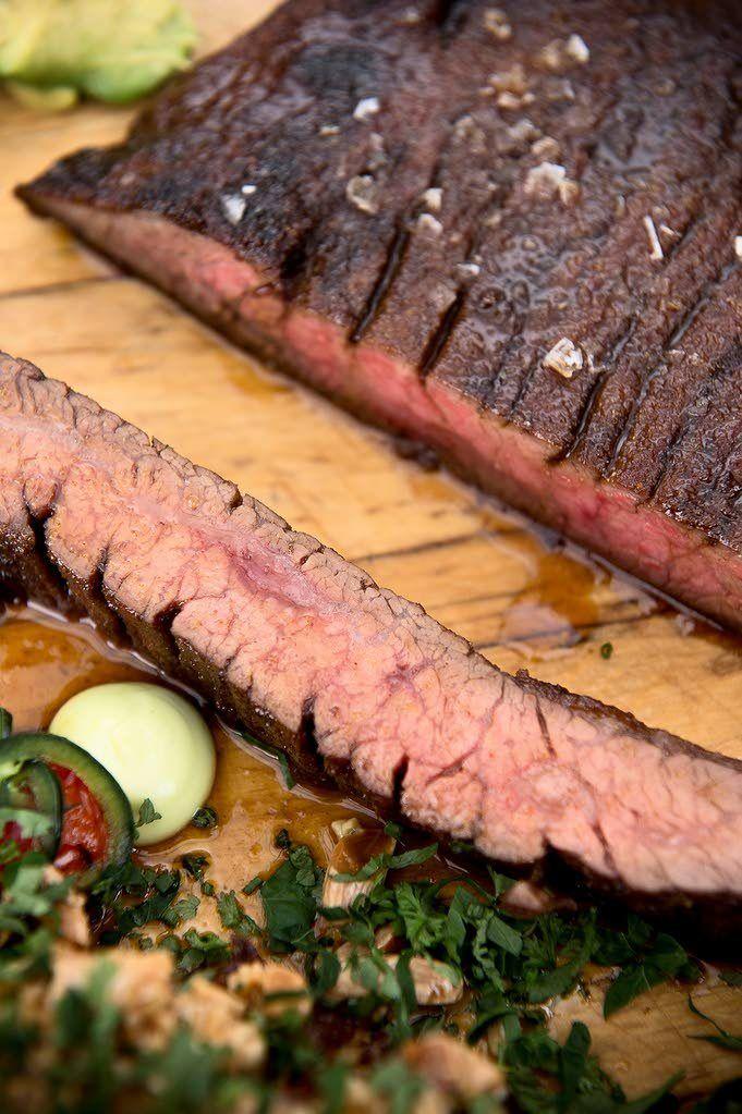 Grillattavassa lihassa pitää olla kunnolla rasvaa, ja lihan pinta saa ottaa grillissä väriä. Siksi voimakkaan punainen naudanliha onkin parasta grillattavaa, sanoo Kari Aihinen.