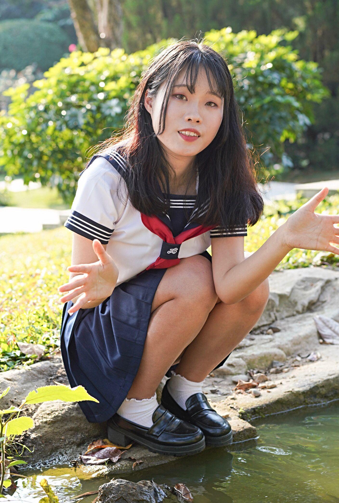 通学途中のロリJKが学校内で撮られた天然美脚の画像