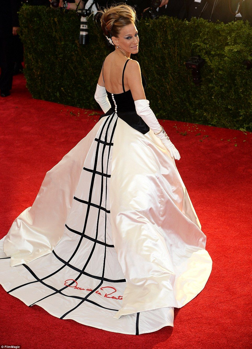 Statement Piece The Theatrical Monotone Dress Worn By Sarah Jessica Parker At Last Year S Met Gala Is One Of De La A More Recent Creations On Display