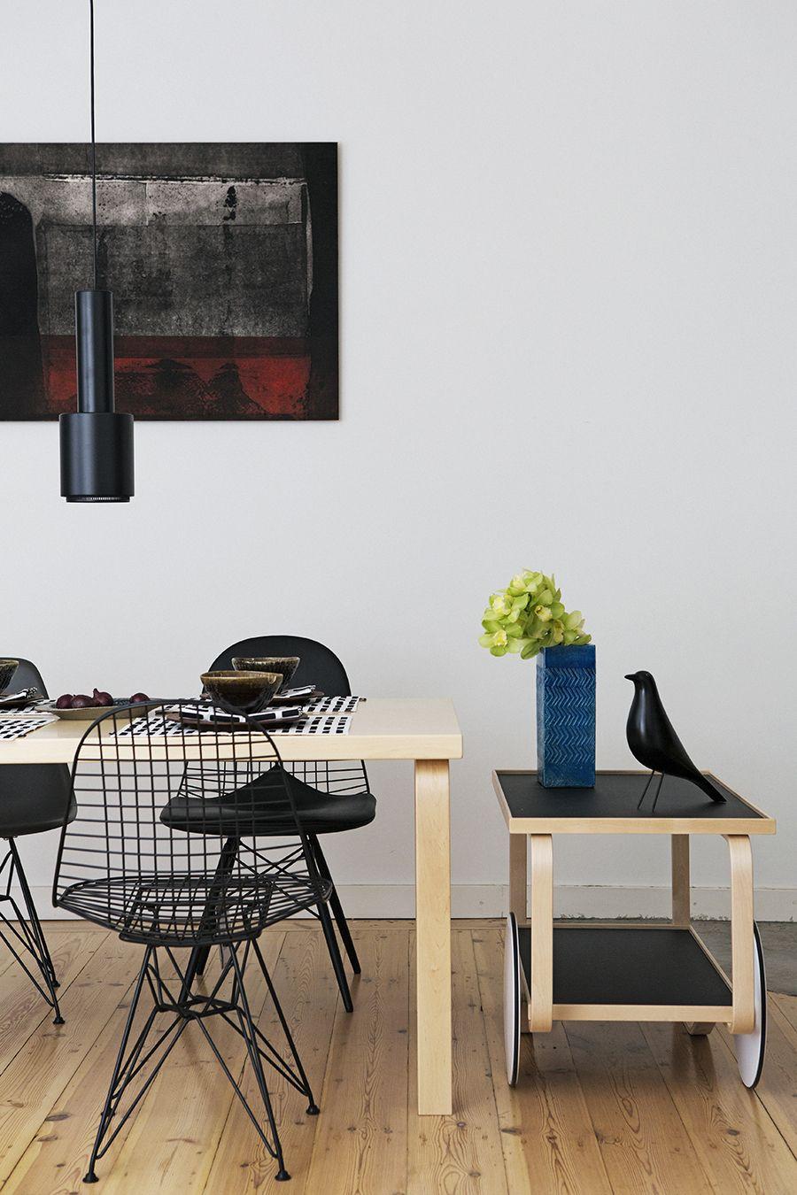 eetkamer met verlichting van #artek en de #wire stoelen van #eames ...