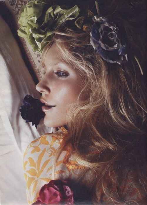 The vintage flowers in her hair is something only she could work.