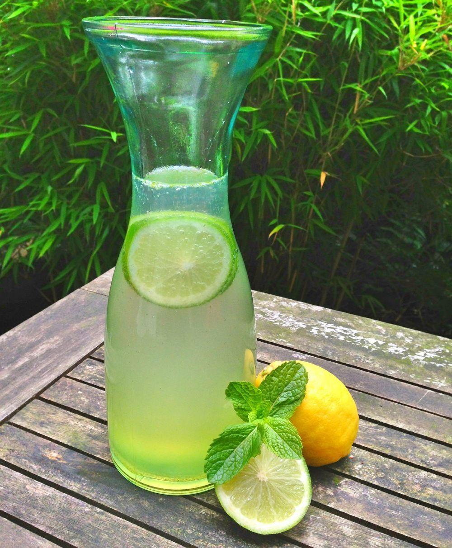 Homemade limonade met citroen en munt.