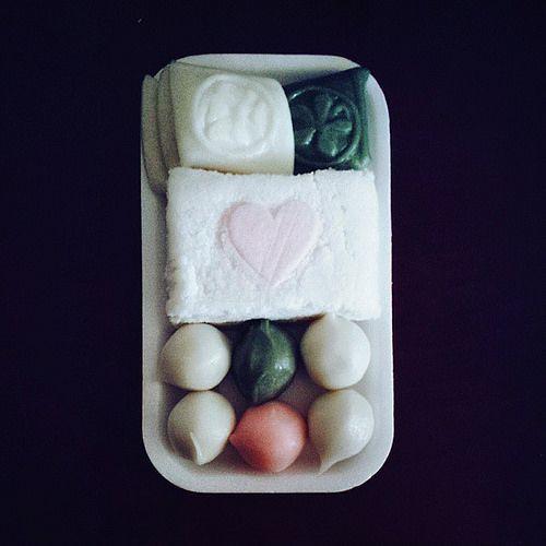 #추석 이라길래 사온 #송편 과 백설기 with 귀여운 하트♡ #instagram #chuseok #koreanthanksgiving #songpyeon #ricecake #yum #instafood #instagood #picoftheday #vscocam| Flickr - Menelluin