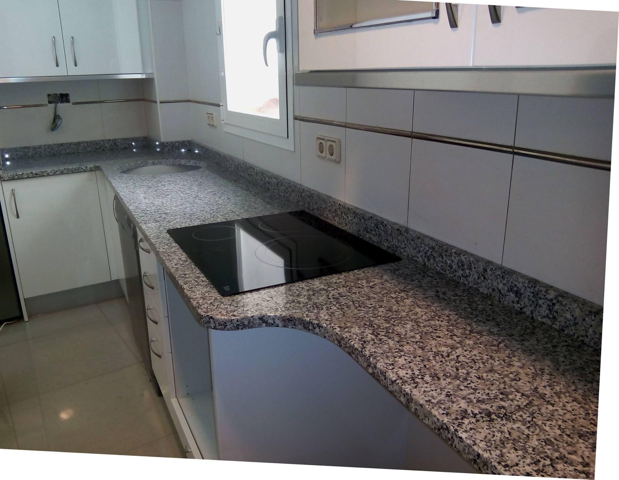 Encimera de granito blanco cristal colocada por exmarlo for Encimera granito blanco cristal