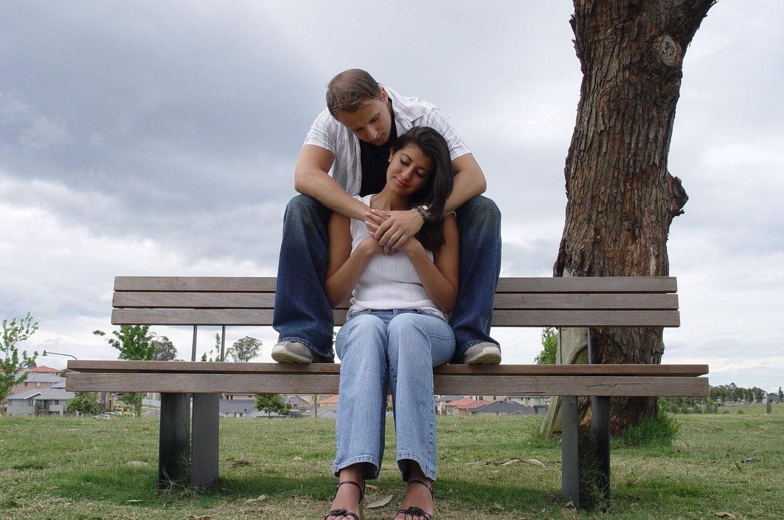 Pareja romántica en banco Imágenes de amor de pareja