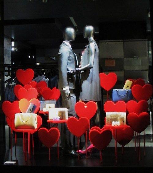 Armani para san valent n visualmerchandising retail for Decoration vitrine saint valentin