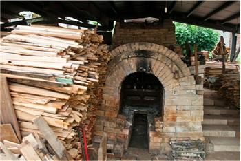 The Zhunan Snake Kiln is the best-preserved traditional kiln still in use in Taiwan. In 2001, the kiln was declared a historic building. Kiln founder Lin Tian-fu and second-generation owners Lin Jui-hwa and Teng Shu-hui have very distinct pottery styles.