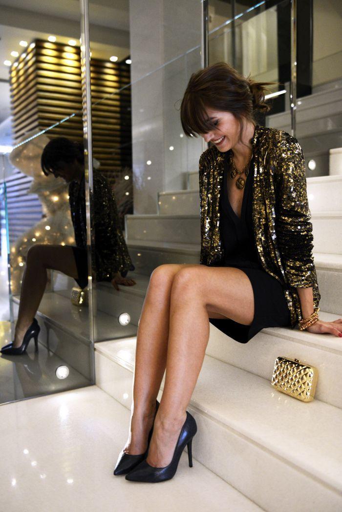 Acheter la tenue sur Lookastic: https://lookastic.fr/mode-femme/tenues/blazer-robe-de-cocktail-escarpins-pochette-collier-bracelet/5483 — Escarpins en cuir noirs — Pochette en cuir matelassée dorée — Collier brun — Robe de cocktail noire — Bracelet doré — Blazer pailleté doré
