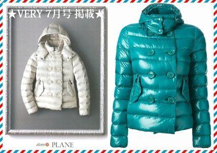 2014秋冬 新作★VERY 掲載!★MONCLER☆PLANE☆ダウンジャケット 光沢感のあるシャイニーな生地と大きめのダブルボタンが個性的なデザインで、 よりカジュアルな印象のダウンジャケットです。  取り外しできるフードは着まわし力もあって、おすすめです。