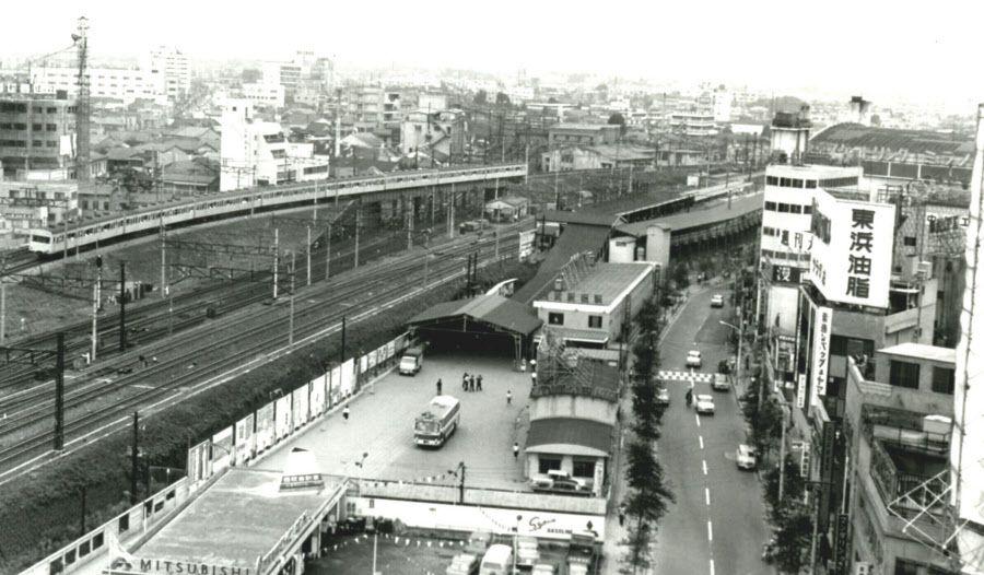西武 新宿 駅 は 1977 年 に 駅 ビル が 建つ まで 簡素 な 駅舎 だっ ...