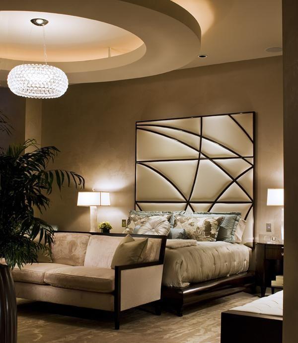 Bett Mit Hohem Bettkopfteil Abgehängte Decke Einbauleuchten ... Schlafzimmer Einrichten Braun