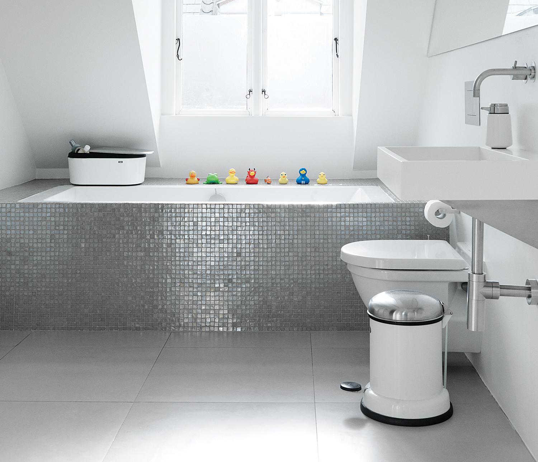 Witte strakke badkamer met vipp items bathroom vipp fonq badkamer pinterest producten - Mooie eigentijdse badkamer ...