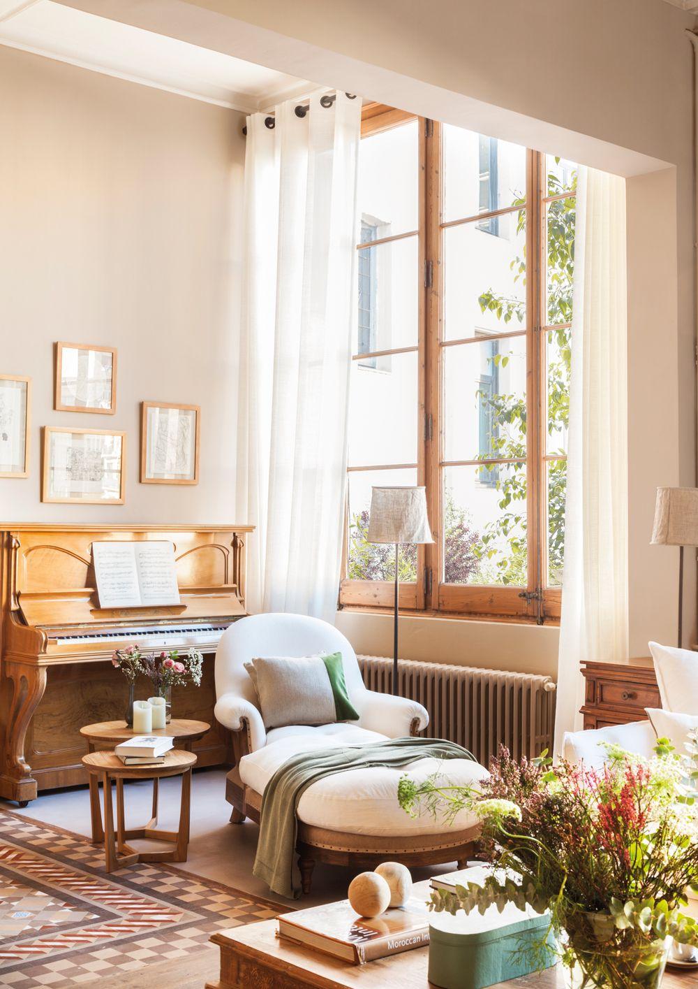 Sal n con chaise longue mesitas auxiliares l mpara de pie piano y gran ventanal de madera - Mesitas auxiliares de salon ...
