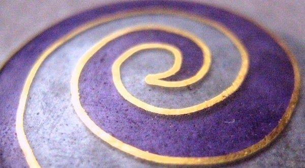 BUNTES GLASPULVER... ... und Temperaturen ab ca 800° C bringen so richtig Farbe in die Schmuckgestaltung. Ich meine EMAILLE! Eine alte Technik Glas und Metall zu meist farbenprächtigen Schmuckstücken zu vereinen. Hier ein paar Beispiele der Zellenschmelzvariante (Cloisoné) in transparentem Emaille aus meinem Atelier: