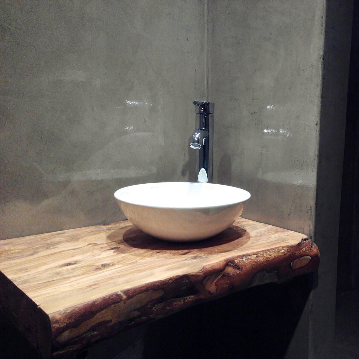 Encimera de ba o de madera r stica en un ambiente for Muebles de bano en madera natural
