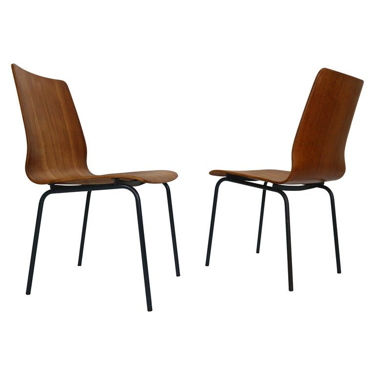 Set of 2 dinning room chairs designed by Fristo Kramer for Auping manufacture in 1950s period, The Netherlands. These chairs are part of the Euroika series, it features a bent teak plywood seat with an enameled metal frame.