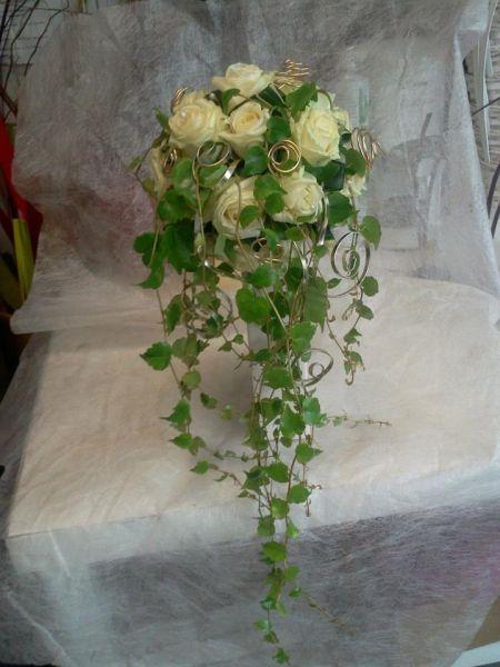 Bouquet rond de marie avec chute de lierre et