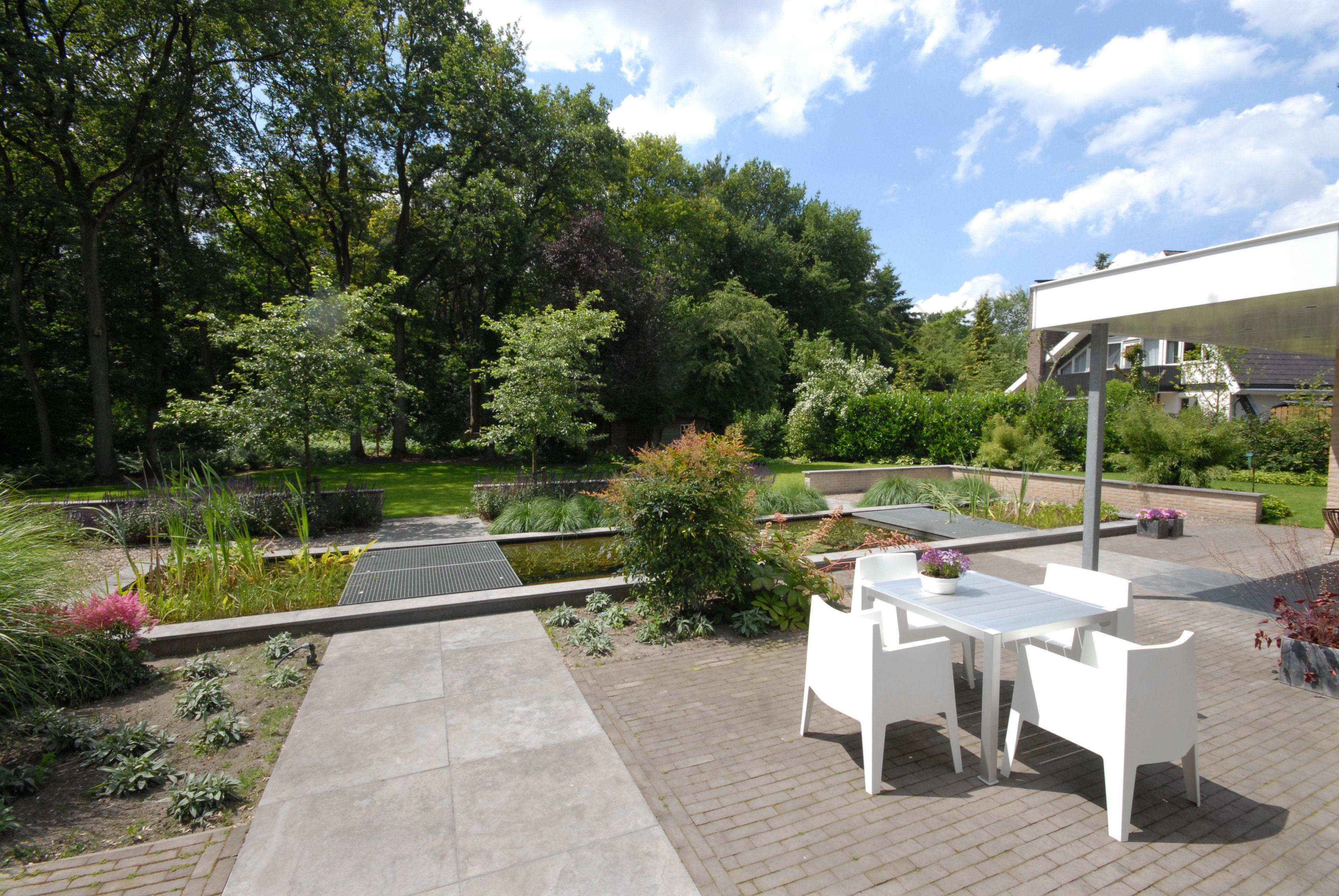 Grote tuin moderne tuin strakke lijnen zichtlijnen dakplatanen