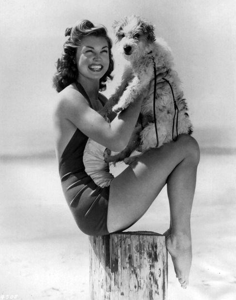Esther Williams; 1940er schwimmen Filmstar und ein Wire-Fox-Terrier