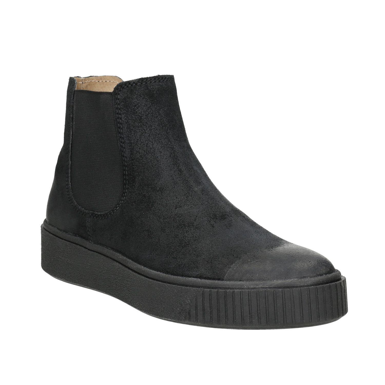 Čierna členková obuv v štýle Chelsea má nadčasový strih s elastickými bokmi  a zvršok aj podšívku be3ea121f28