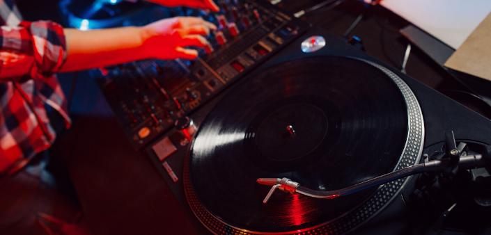 Possiamo tranquillamente affermare, che i tanto bistrattati dj-set in diretta dalla propria cameretta, dal salotto di casa su i vari sociali, sono stati sdoganati definitivamente. In questo periodo di quarantena, dove i locali sono chiusi per l'emergenza Covid-19, tutto si è spostato direttamente su i social.    #music #newmusic #recensioni #edm #party #housemusic #techno #techhouse #ibiza #melodictechno #iorestoacasa #stayathome #direttelivefacebook #diretteliveinstagram