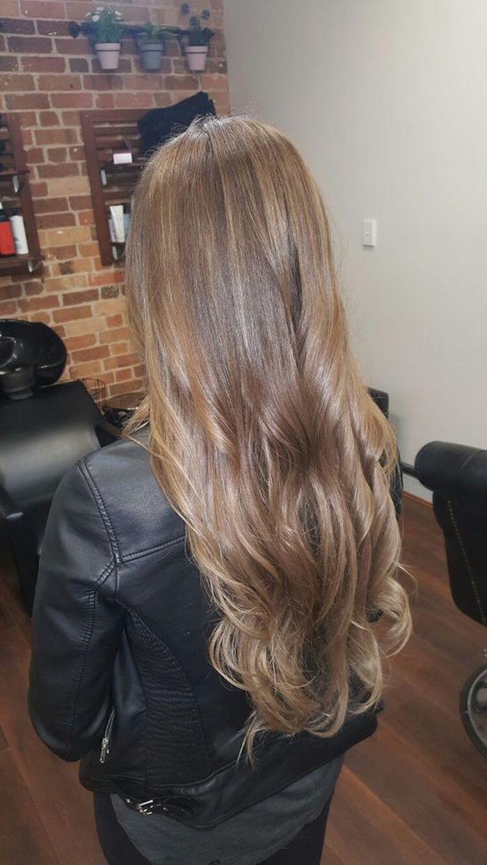 hellbraune haare, langes haar mit einer lässigen frisur