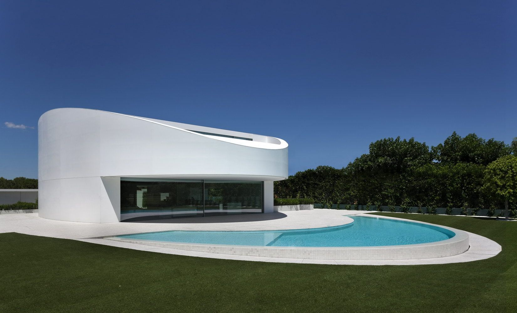 Fran Silvestre Arquitectos Completed The Design And Development Of Balint House A Modern Elliptical Shaped Residence In Valencia Spain