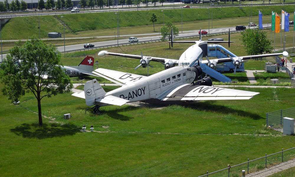 Alte Flugzeuge am Besucherpark des Flughafen München