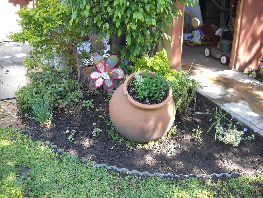 Canteros con troncos buscar con google jardin for Canteros de jardin