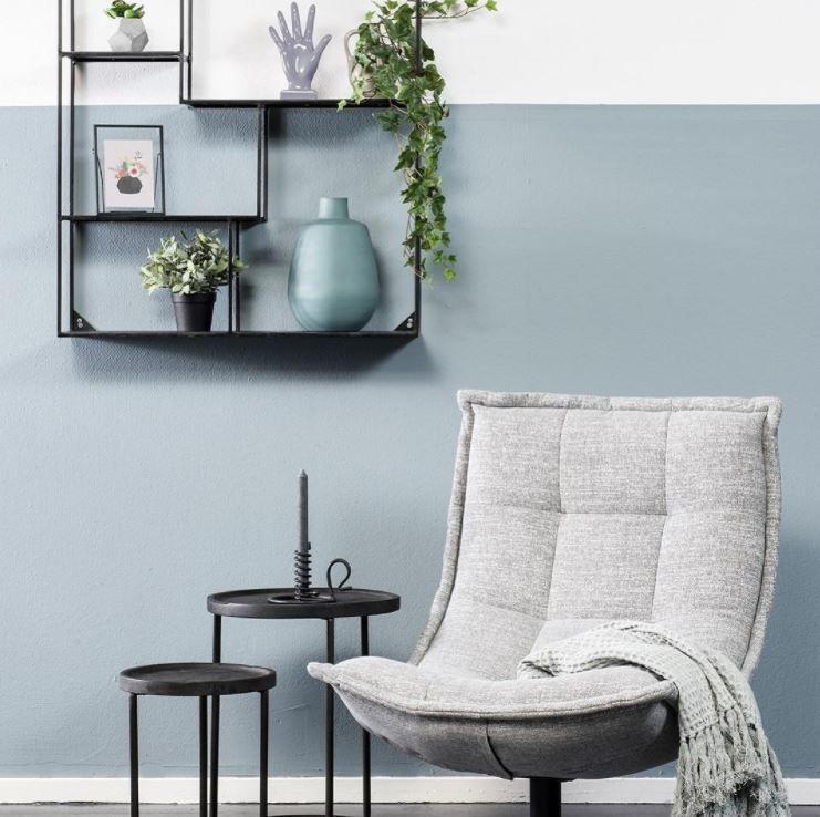 Hoek met moderne stoel en industrile wanddecoratie