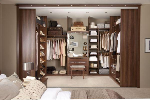 Schlafzimmer begehbarer kleiderschrank holz schiebetueren schlafzimmer begehbarer - Kleiderschranksystem offen ...