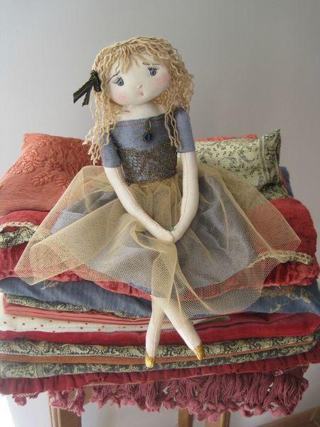 Princesse A Petit Pois Poupees Souples Poupees Artistiques