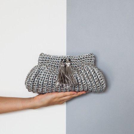 888f86779 Clutch Cantiga • cinza • CM506 - Catarina Mina | Bolsas de Crochê feitas a  mão