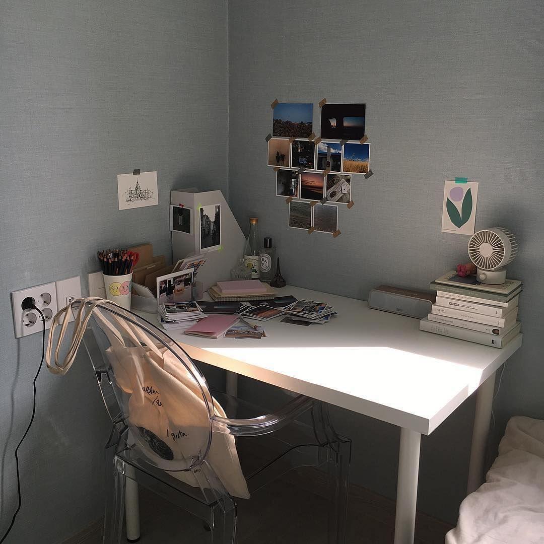 Make My Room ちいさな部屋作り On Instagram Borroso 少しグレーの混じったパステルブルーの壁がとってもキュート 白いテーブルに クリアなチェアがぴったり ベッドはネイビーでシ Dream Rooms Study Room Decor Minimalist Room