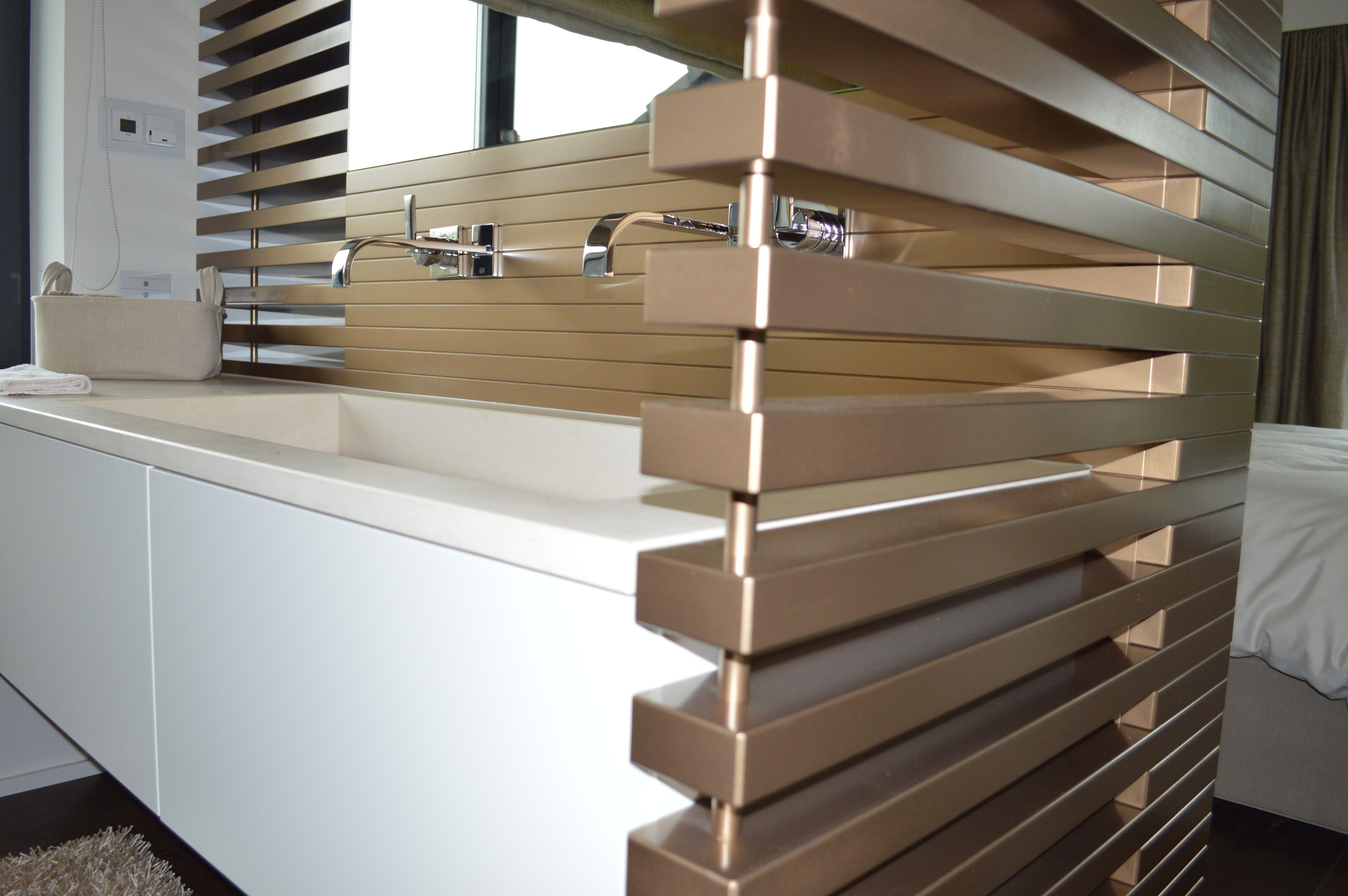 Waschtisch In Weissem Lack Bronzefarbener Sichtschutz Aus Teils Offenen Lamellen Im Bad Wellessbereich Haus Dachgeschoss Einrichten Und Wohnen